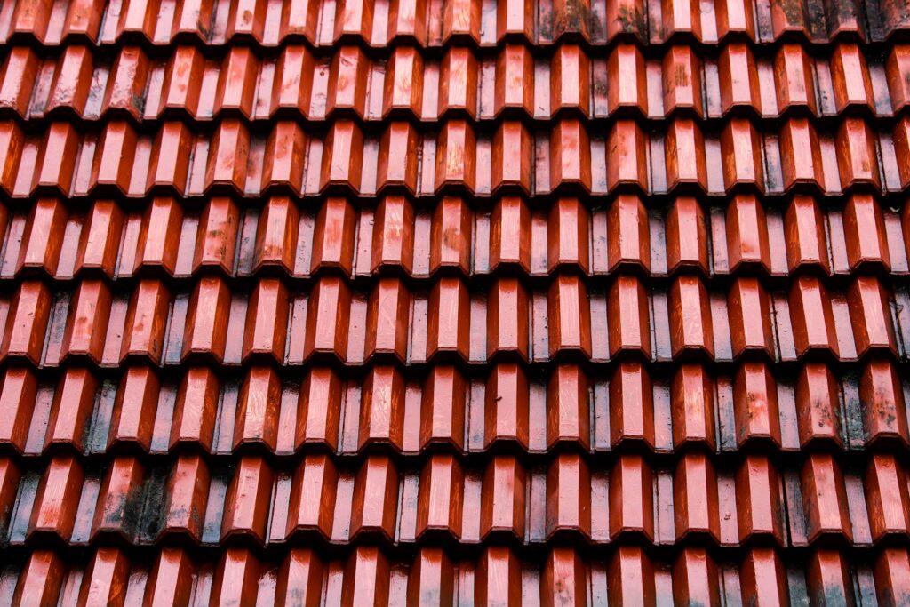 Pločevinasta streha, ki spominja na opeko