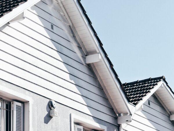 Krovstvo – komu zaupati streho (cene, trendi, preverjeni krovci)