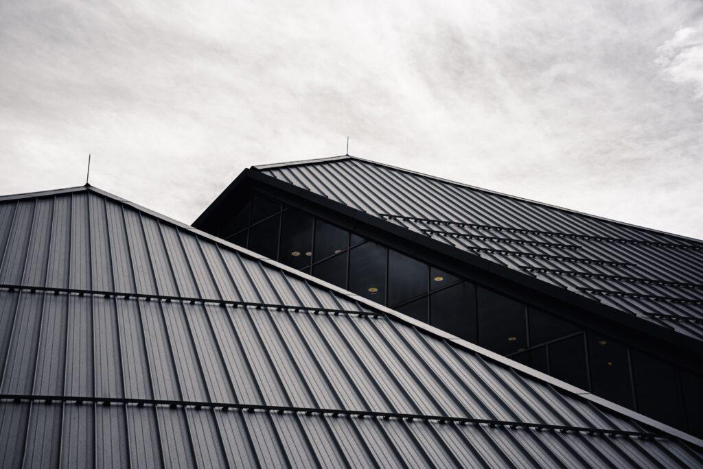 dvokapna streha črna