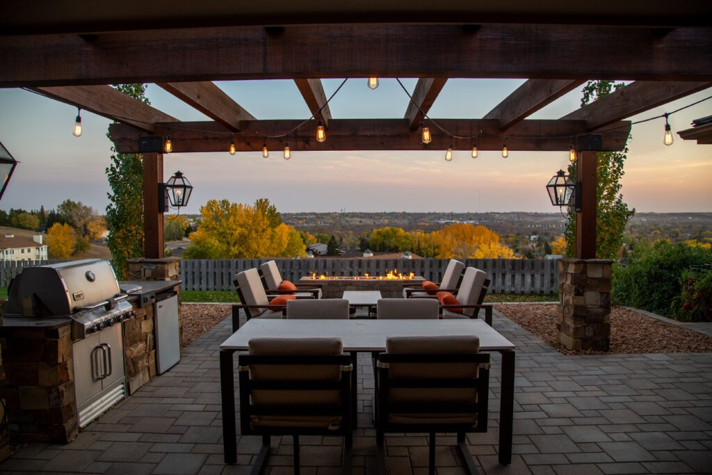 rjav leseni nadstrešek za teraso z lučkami